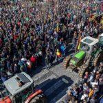 Los agricultores sacan sus tractores en Granada, Pamplona y A Coruña por el futuro del campo